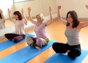yoga egyptien position de l'aigle assis